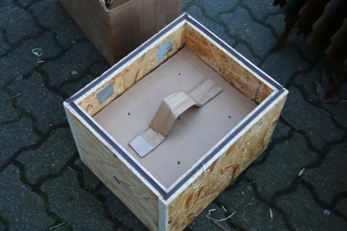 Auf den Pappkarton kommt ein Deckel mit Luftlöchern